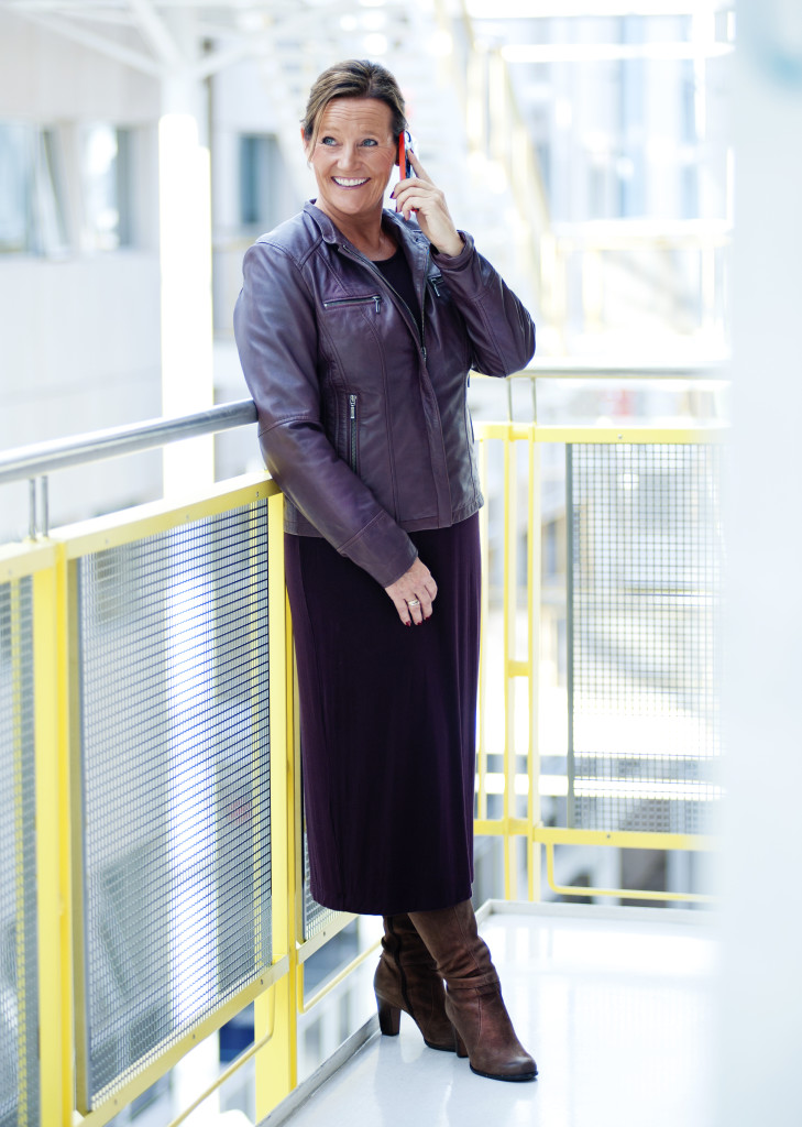 Ellen med telefone ved glasstaket.jpg